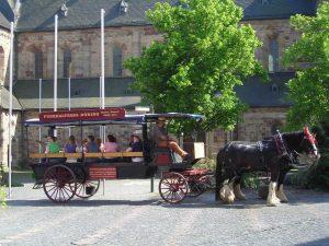 Wir fahren mit einem großen Gesellschaftswagen, der von 2 Pferden gezogen wird durch die historische Altstadt von fritzlar.